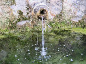 manantial-agua-fresca-y-corriente-natural-y-buena