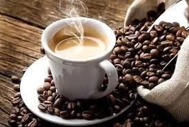 cafe-humeante-grano-taza